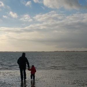 Vater Sohn Ebbe Strand zugeschnitten