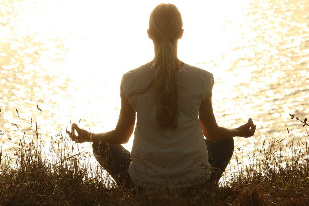 Selbstfürsorge im Alltag mit Kind Yoga